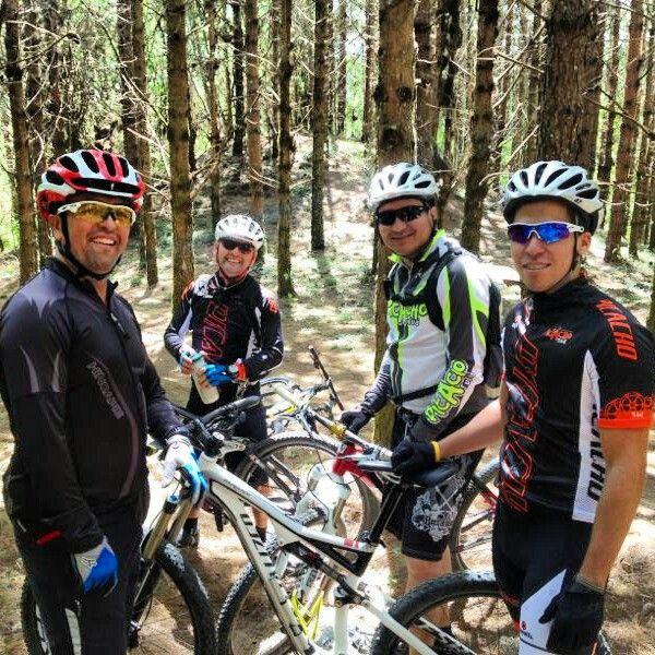 Amigos en el bosque disfrutando de las bicicletas.