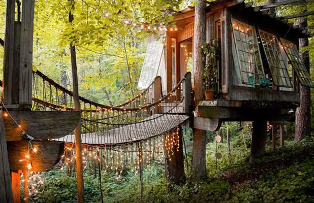 Treehouse with bridge. Cozy and private. Love the windows