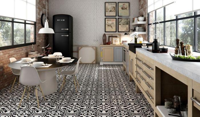 carreaux de ciment cuisine, revêtement murale en briques blanches et rouges, grand réfrigérateur noir mat