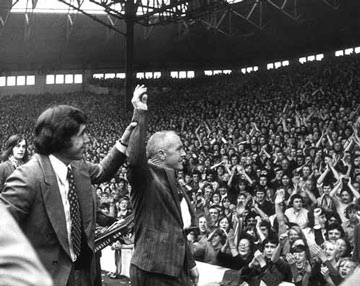 LFC v Stoke nostalgia, August 1973: Bill Shankly takes legendary goalkeeper Gordon Banks to receive the acclaim of the Kop after a eye injury sustained in a car crash caused the England custodian's premature retirement from the game - Banks' last game before his accident was in the previous year's LFC-Stoke game. Follow the Reds v Stoke in our live match centre http://www.liverpoolecho.co.uk/liverpool-fc/
