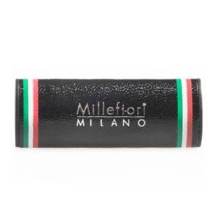 De auto parfum Cold Water van Millefiori Milano is een combinatie van; sandelhout, rozemarijn, citroen en bergamot. Deze geur creërt een opgewekt en fris gevoel.  Met deze auto parfum uit de Urban collectie van Millefiori heeft u altijd een heerlijke geur in uw auto! U hoeft de houder alleen maar op uw blower te klikken en de geur verspreidt zich vanzelf.