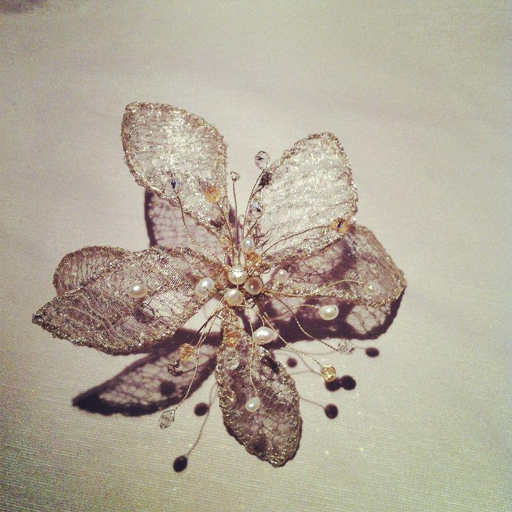 flor de  alambre  y organza  metalizada con aplicaciones de cristal y perlas de rio