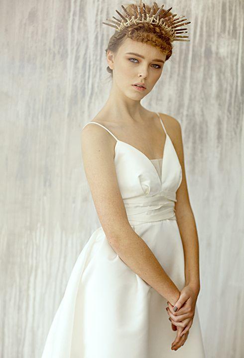 Lily / Прекрасно подойдет для классической церемонии, церемонии у воды, на пляже, для церемонии на природе, за городом. Простое и вместе с тем романтичное платье в пол. Талия красиво подчеркнута нежными складками в виде волн. Юбка платья объемная, с небольшим шлейфом. 100% хлопок размер: 42, 44