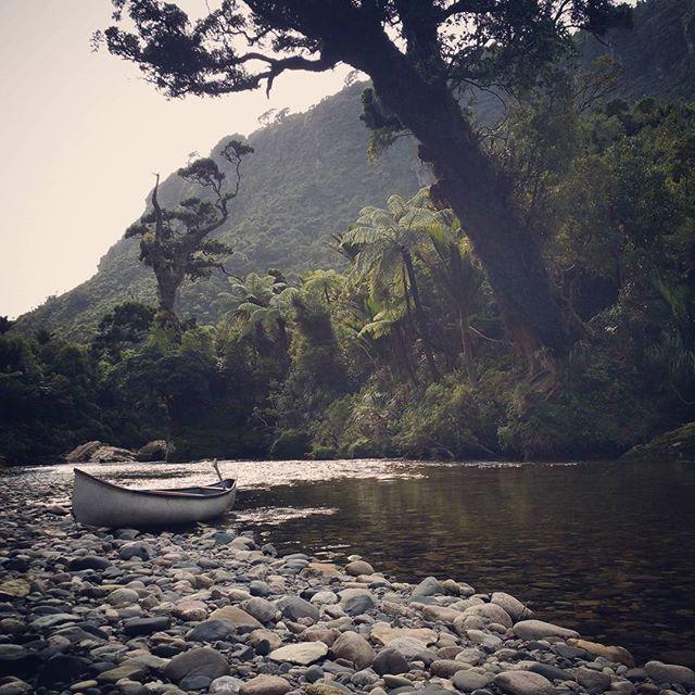 Avancer au rythme de la rivière, prendre le temps d'admirer la nature qui nous entoure... (Indian canoe - Nouvelle-Zélande) ©raph_wanderlust  #comptoirdesvoyages #comptoirdesvoyages_slowtravel2016 #indiancanoe #pororaririver #nzmustdo #newzealand #slowtravel