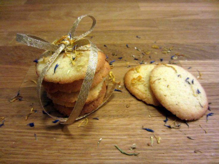 Opskrift på sprøde citronsmåkager - verdens nemmeste småkage. Pisk. Sæt på plade. Bag. Spis! Citronsmåkager passer perfekt til en kop kaffe eller te.