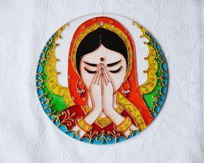 Vitral Mandala Namastê  Feita à mão com tinta relevo e verniz vitral  Em vidro 4mm de espessura  Com diâmetro aproximado de 20cm