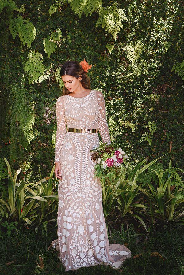 Vestido de noiva moderno de tule com pétalas e flores cortadas a laser e forro nude ( Vestido: Atelier Maria Mendes )