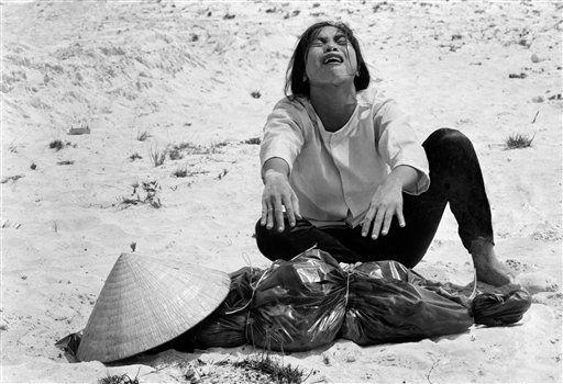 Una mujer de Vietnam del sur llora sobre el cadáver de su marido (1969). (Horst Faas/AP)