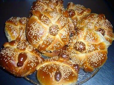 Un pan muy especial en mexico, que se elabora en fechas cercanas al dia de muertos, en tlaxcala es muy comun encontrarlo a la venta en pa...