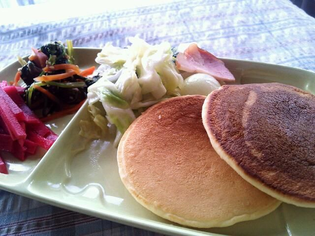 おはようございます! 今日は可愛さを目指してワンプレートにしてみました。  ☆紅芯大根の酢漬け ☆ほうれん草とにんじんのごま和え ☆キャベツ、チンゲン菜、ベーコンの蒸し物 ☆冷凍しておいたパンケーキ  あと母手作りのヨーグルトも食べました♪ ↑これは毎日食べてます 朝からもりもり過ぎかな???(*_*) とりあえず気合い入れて頑張ります! - 37件のもぐもぐ - 06/06朝ごはん by Iwachaki