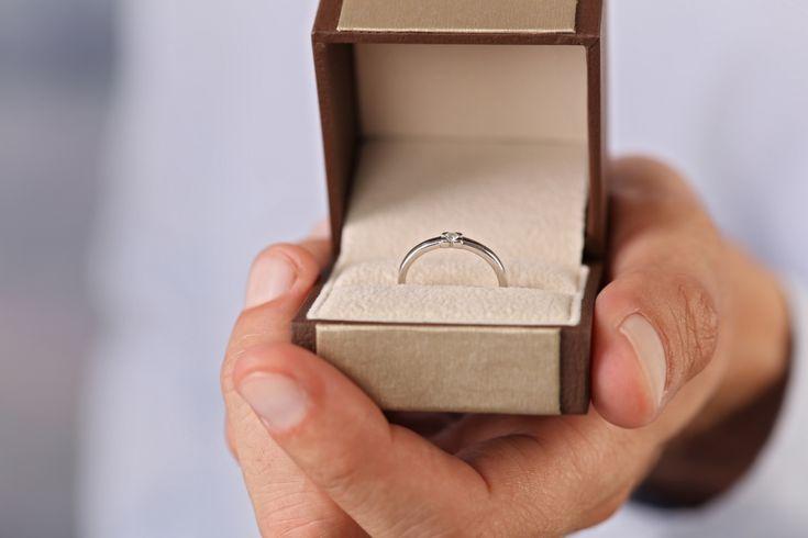 Zaręczyny to ogromnie ważny moment w życiu każdej pary, która poważnie podchodzi do kwestii swojego związku i planuje wspólną przyszłość. Choć wiele mówi się o zaręczynach z kobiecego punktu widzenia, dla mężczyzny przecież także jest to niezmiernie ważne wydarzenie, i co więcej – wybitnie... http://blog4men.pl/pierscionek-zareczynowy-na-kredyt-sprawdz-jak-sie-zareczyc-i-nie-zbankrutowac/