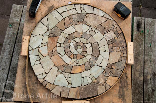 mosaic stepping stone  .......................... other cool projects at this site .................... Note: do this for lake cabin with flat Petoskey stones ... from: Stone Art Blog: Making a spiral stone mosaic DIY tutorial