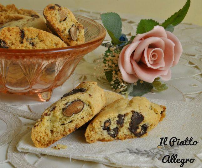 I marzapane pugliesi sono dei dolci della tradizione. Si ottengono da una doppia cottura prima del panetto e poi delle fette. Ottimi per il fine pasto.