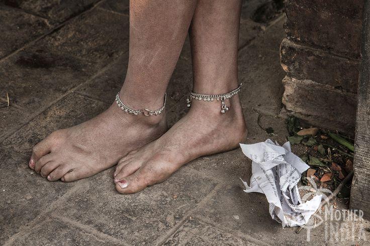 VIVIANA CORVAIA Piccole dee del Nepal – Sognando la Kumari Lo sguardo è pieno di forza e dignità.Essere la Kumari; la dea bambina. Vestite da piccole principesse per il giorno della festa di Seto Machhendranath, le vedi correre a festeggiare la Kumari. Posano regali come dee, a piedi scalzi o con scarpette di plastica, dentro abiti riccamente decorati si preparano per la festa specialmente le bambine della casta Newari.Non manca mai il colore merletti,specchietti ECC.Figura femminile da…