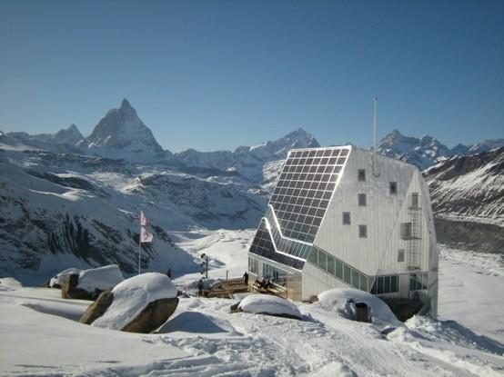 MONTEROSA HÜTTE - 2883 m Le refuge Monterosa est l'une des dernières nées des cabanes suisses en 2009. http://www.refuges-montagne.info/fr/cabane-monterosa.php