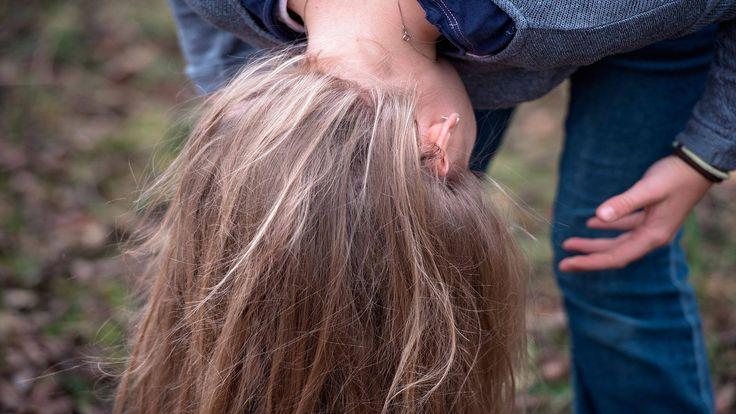 Qué es la caspa? CONSULTANOS QUE PUEDES HACER CON ELLA https://www.facebook.com/farmacia.doctora.morales/  La #caspa, también conocida como #pitiriasis, es la #descamación de la dermis del #cuerocabelludo.  Se produce por acortamiento del proceso de renovación celular ;cuando hay un exceso de células muertas se produce la pitiriasis.  #cabeza #piel #pelo #cosmetica #champu