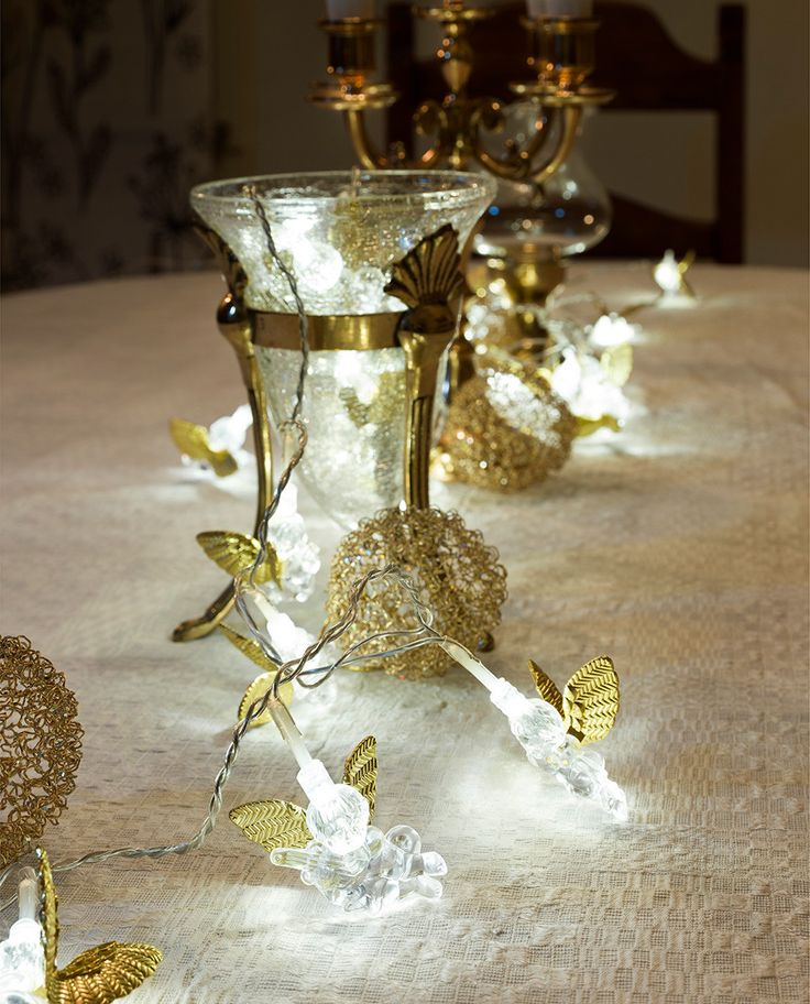 Nydelig lysslynge med 20 små vinger av plast og hvite fjær som er den perfekte slynge til å pynte både planter, dekorasjoner, gardiner og bordet med! Bruk den for eksempel som borddekorasjon til dåp, jul eller bryllup eller begravelser.