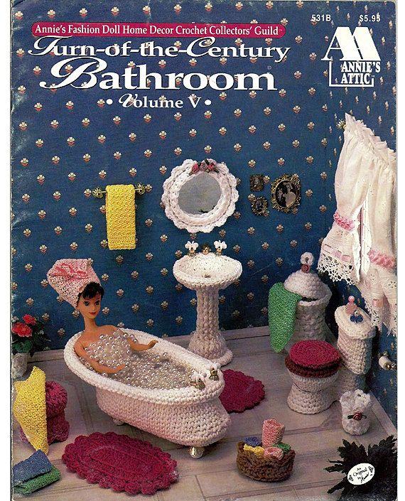 Volume V van de Annies Fashion Doll home decor haak verzamelaars guild is een ontspannende badkamer voor Barbie te doorweken weg haar zorgen. Er is een vintage klauw-voet kuip, voetstuk wastafel, rieten wasmand, toilet, tapijten, spiegel en meer accessoires. Karton en stof stiffener worden gebruikt om deze stukken lichaam en parels worden gebruikt voor grepen en voeten op bad en wastafel. Voorwaarde: Uitstekend, met uitzondering van 3 hole punch linkermarge. Ontworpen door Annie Potter…