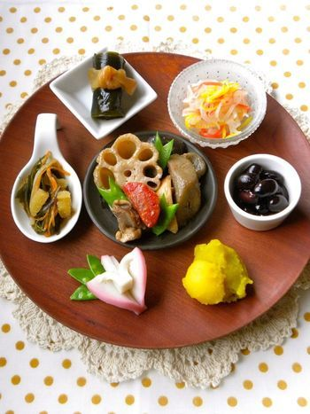 こちらは、いろんなお料理に合わせた小さな器を使って、ナチュラルテイストでまとめた盛り付けです。  ちゃんとおせち料理を作って日本のお正月を祝いあいたい、気のおけないメンバーでの新年会などにいかがですか?