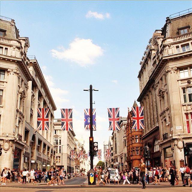 Street photography London by @laciudadalinsta ©   #unitedkingdom #instagram