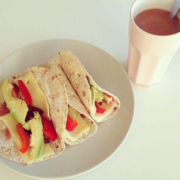 Speltlomper og sukkerfri kakao til lunsj  #preworkout#lunch#workout#musclefood#hotchocolate#chocolate#lovechocolate#sukrin#cacao#fitfam#avocado#speltlomper#cheese#ham#love#food#healthyfood#healthy# #Padgram