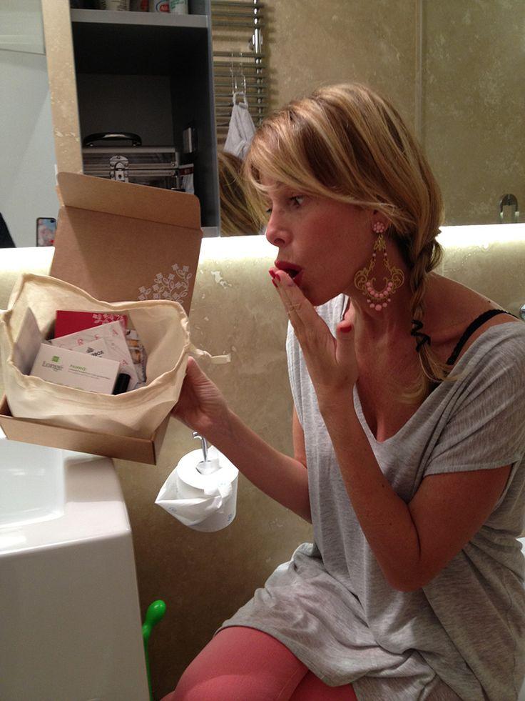 """Sugarbox, la scatola delle meraviglie............ -  Lip-Gloss di Mesauda Comsetics: www.mesaudacosmetics.it - Smalti """"Color Club"""": tantissimi i colori e anche questa volta senza formaldeide, adatti quindi per le donne incinta. - Oli """"Hairmed"""": un olio restitutivo di luce e un emolliente. Davvero utili con i capelli secchi causati da questi primi freddi… tempismo perfetto :) - Longé Fisio Soft: un panno per viso e collo, morbidissimo e utilissimo per eliminare le impurità del make-up."""
