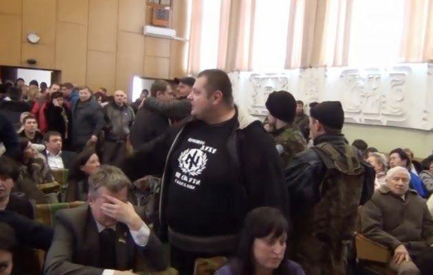 ΤΟ ΚΟΥΤΣΑΒΑΚΙ: Δείτε σε βίντεο Ουκρανούς ναζί, οπλισμένους με ρόπ... Η ναζιστική τρομοκρατία συνεχίζεται αμείωτη στην Ουκρανία, της οποίας το καθεστώς στηρίζει η Δύση και η δική μας φυσικά κυβέρνηση, ως προτεκτοράτο της Δύσης.  Εξτρεμιστές ναζιστές, που ανήκουν στο λεγόμενο «Δεξιό Τομέα», μπούκαραν το Σαββατοκύριακο στο δημοτικό συμβούλιο της πόλης Βασίλκοφ, λίγα χιλιόμετρα από το Κίεβο, φορώντας μάσκες και κρατώντας ρόπαλα και σφυριά.