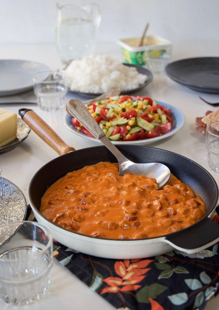Korvstroganoff är en lättlagad och omtyckt gryta. Jag kryddar den med extra med curry och paprikapulver för att få en godare smak.