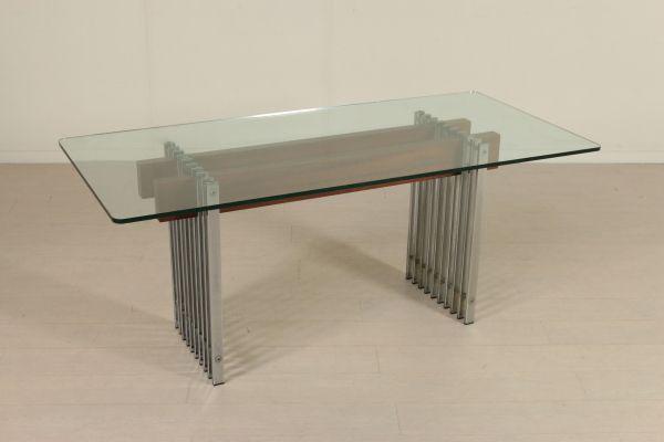 Tavolo; base in metallo cromato con fasce in legno di teak, piano in vetro. Buone condizioni, presenta piccoli segni di usura.