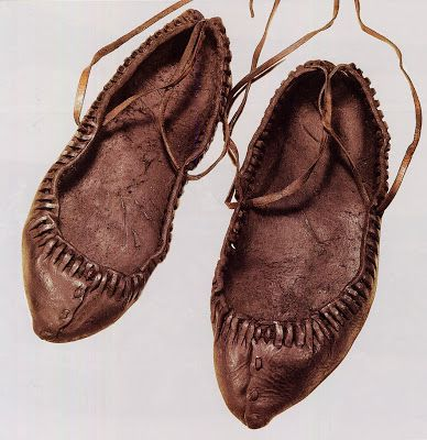 Pastalas [moccasins], Vizes [shoes woven of birch or linden bark] or shoes, depending on the occasion and the wealth of the wearer. Here is a pair of Pastalas from this area, not really distinct from other regions.