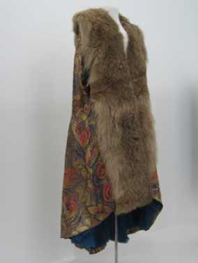 14-11-11  CMU  Avondcape (ca. 1920)  Goudbrokaat met ingeweven motieven in zwart, pauwblauw en roze, vossenbont.