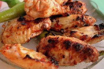 Biraz fazla yapın ki kalmazsa üzülmeyin :)  Fırında Tavuk Kanatları