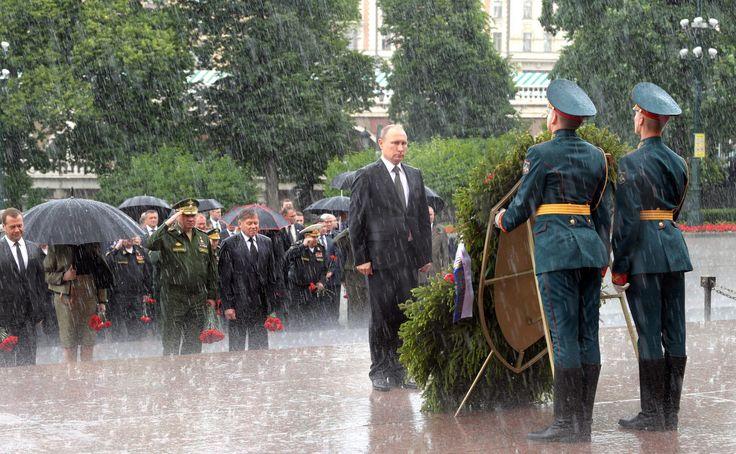 Под проливным дождем: Владимир Путин в День памяти и скорби возложил венок к Могиле Неизвестного солдата.