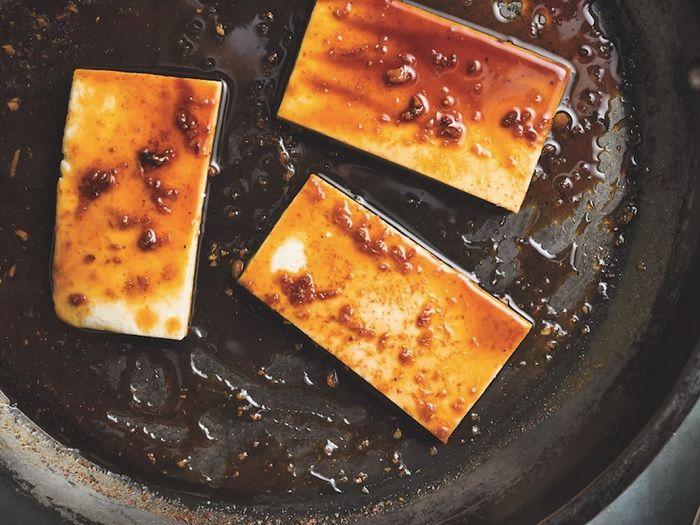 Com textura firme, cor branca e sabor delicado, o tofu, originário da China, mas também bastante comum na culinária japonesa e coreana, é um alimento produzido a partir da soja, cujo processo de fabricação é bem parecido com a do queijo fabricado a partir do leite. Conhecido como queijo de soja, o tofu é um alimento rico em proteínas comumente substituído pela carne vermelha no Ocidente. Versátil, é bastante usado em receitas simples podendo ser frito, cru, cozido em sopas ou molhos, cozido…