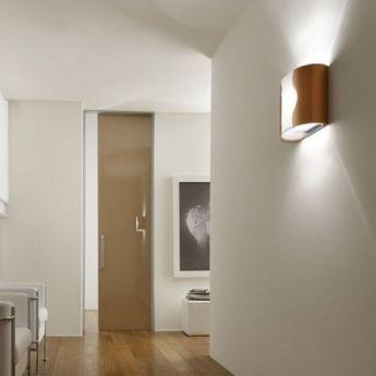 Applique design WALL cuivre - Lucente Wall est constitué d'une structure en métal verni finition cuivre et d'un diffuseur en PPMA opale. La structure interne est en métal verni blanc. Un style simple et sophistiqué pour cette applique qui trouvera idéalement sa place dans les couloirs et autres lieux de passage.