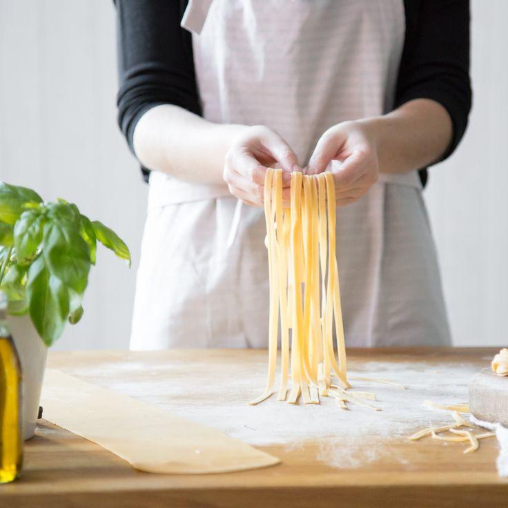 Du liebst Pasta? Gut so, du kannst sie ganz einfach selber machen. Egal, ob mit oder ohne Ei, Low Carb, mit Maschine oder ohne - so klappt's garantiert.