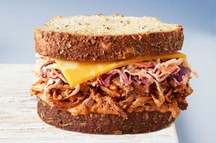 Grâce à cette délicieuse recette de sandwichs au goût fumé et relevé, vous saurez comment apprêter vos restes de porc cuit!