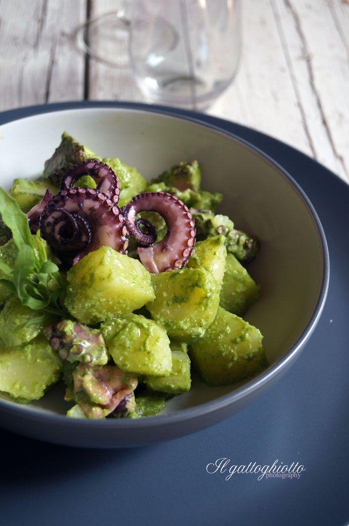 """Ed ecco la seconda """"insalatona"""" di questa settimana. Non è altro che la classica insalata di polipo e patate condita però con il pesto d..."""
