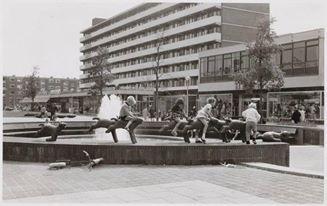 Begin jaren 60 kwamen de eerste winkeliers op het Osdorpplein Langzaamaan werd het Osdorpplein een echt winkelcentrum In 1964 hoorde het plein officieel bij het Winkelcentrum Osdorp In dat jaar kregen de bewoners van de tuinstad een fontein cadeau van de gemeente Amsterdam  De jonge Osdorpers zaten graag op de lammetjes
