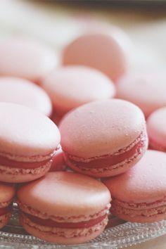 Recette des macarons à la framboise, ganache montée au chocolat blanc pour un résultat fondant, pas trop sucré. Blog cuisine / culinaire Dollyjessy