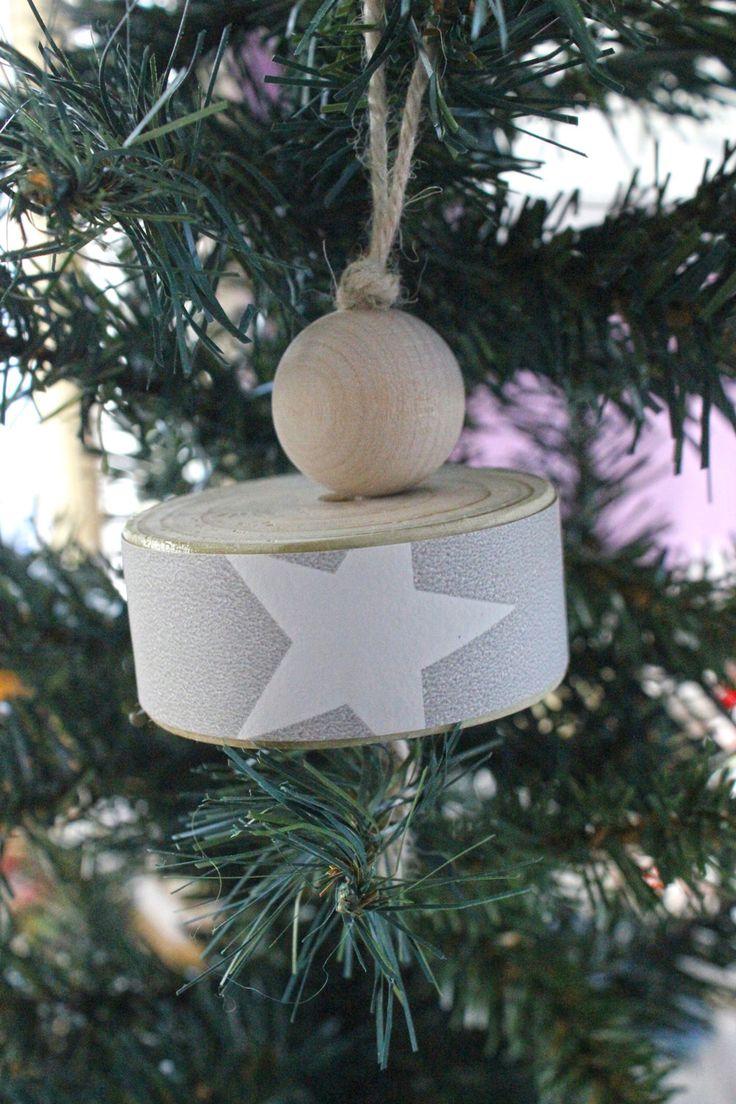 Addobbo natalizio per il tuo albero o per la casa. Da appendere, è fatto in legno e carta da parati grigia con stampa a stelle bianche. di IlluminoHomeIdeas su Etsy