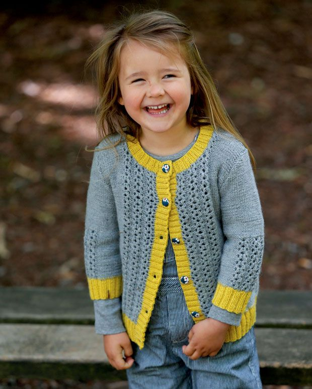 Klæd den unge pige på med en smuk hjemmestrikket cardigan med 3/4-ærme.