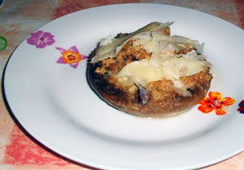"""Funghi Champignon ripieni di tonno: un'idea sfiziosa per un antipasto o un contorno originale, dal blog """"Ricette di briciole di pane"""" -- Calorie totali: 447 Kcal / Calorie a persona (2 funghi): 111 Kcal"""