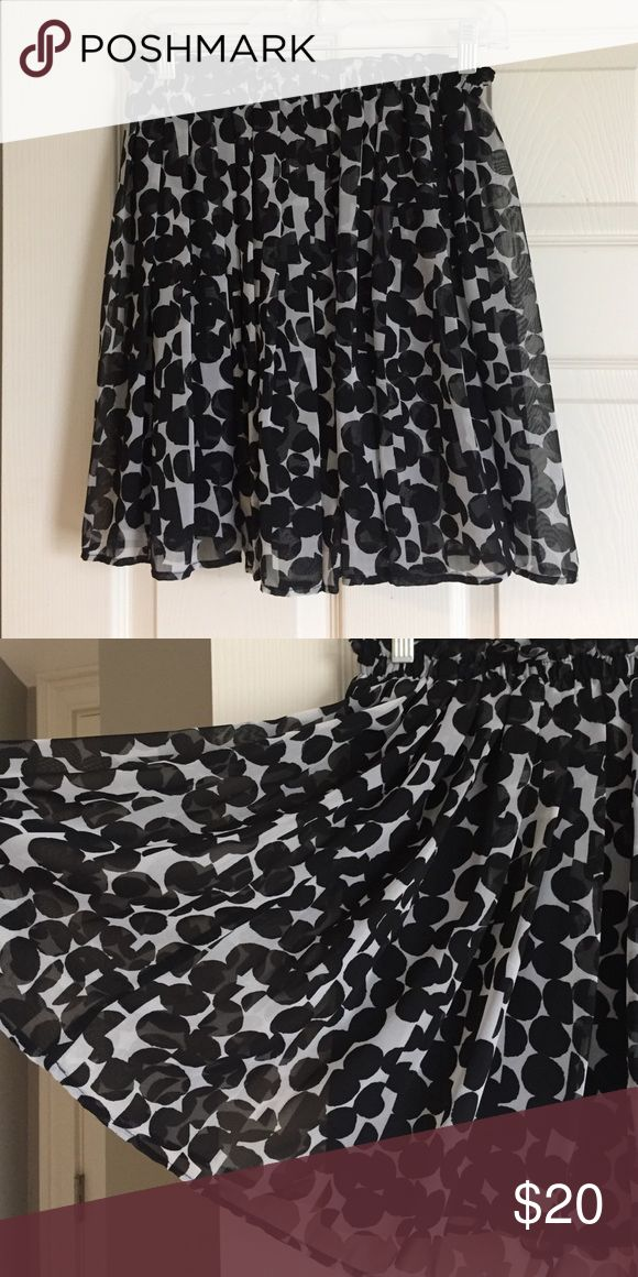 Uniqlo pleated patterned skirt Uniqlo skirt with black and white pattern. Lined, elastic cinch. Worn once. Hits right above knee. Waist 28-29 in. Uniqlo Skirts Mini