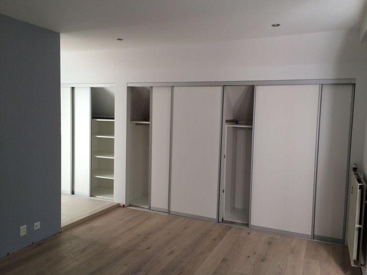 4 deurs #schuifdeurkast in een #slaapkamer compleet op maat gemaakt. Verkrijgbaar in alle soorten materialen en maten. Ook geïnteresseerd? Kom een kijkje nemen in de showroom