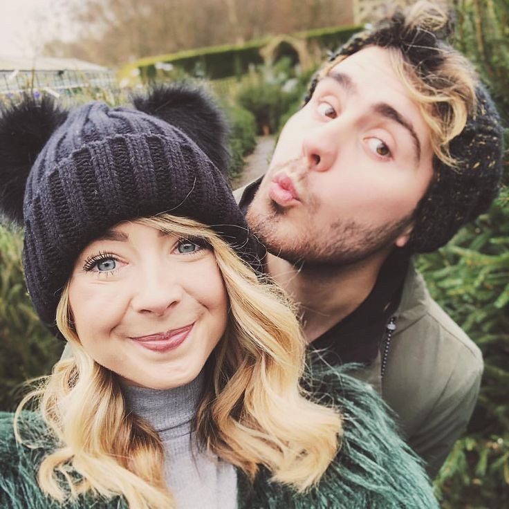 """Polubienia: 329.8 tys., komentarze: 965 – Zoella (@zoella) na Instagramie: """"Although I always thought I was the one trying to inject the most amount of Christmas into our…"""""""
