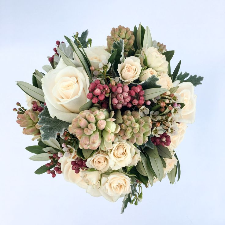 www.gracebridalindustries.com Un #ramodenovia diferente, ideal para una #novia romántica con esencia clásica. #floresnaturales llenas de vida, #rosas nardos y frutos silvestres, la combinación perfecta!!!