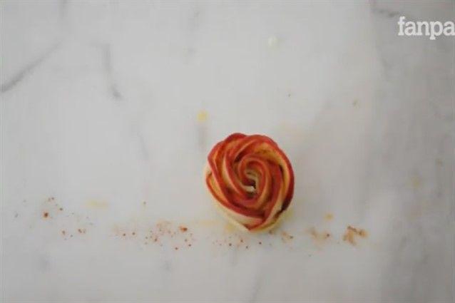 Le roselline di sfoglia e mele sono dolcetti facili da realizzare, molto scenografici a base di pasta sfoglia, confettura di pesche e fettine di mele