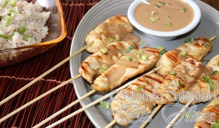 Frango satay (espetinhos de frango com molho de amendoim) é uma especialidade da gastronomia tailandesa. Tem sabor picante e agridoce, e por conta da combinação de certos ingredientes – gengibre, cominho, pimenta, leite de coco e amendoim –, lembra em muito a culinária baiana. Além de toda essa saborosa harmonia, o frango satay é muito