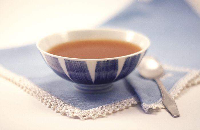 Cómo hacer consomé en crock pot o slow cooker. Receta paso a paso. Descubre ésta y otras recetas de caldos elaborados en olla de cocción lenta.